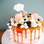 Taart met macarons, karamel en meringue