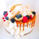 Taart met karamel en vers fruit